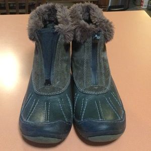 SPORTY CLARKS BOOTS. WATERPROOF AND WARM...EUC